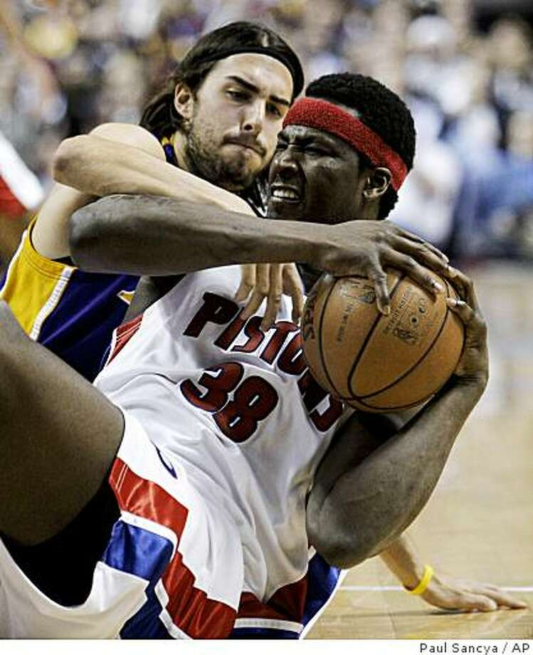 Detroit Pistons center Kwame Brown (38) and Los Angeles Lakers guard Sasha Vujacic, of Slovenia, battle for a loose ball in the fourth quarter of an NBA basketball game in Auburn Hills, Mich., Thursday, March 26,  2009. (AP Photo/Paul Sancya) Photo: Paul Sancya, AP