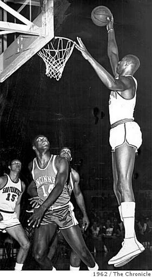 CHAMBERLAIN3/B/12OCT99/MN/FILE--Wilt Chamberlain goes for the dunk and makes it in 1962. CHRONICLE PHOTO BY JOE ROSENTHAL. Photo: 1962, The Chronicle