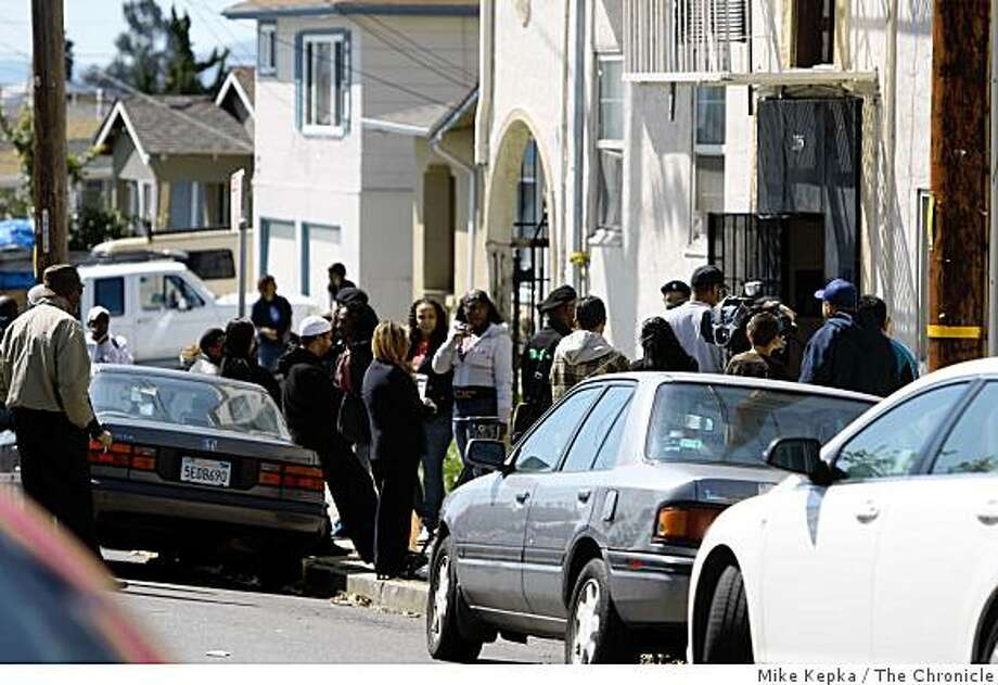 Two day after shots left an Oakland man and 4 Oakland Police officers dead, neighbors and community members keep tabs on the scene on Monday March 23, 2009 in Oakland, Calif. Photo: Mike Kepka, The Chronicle