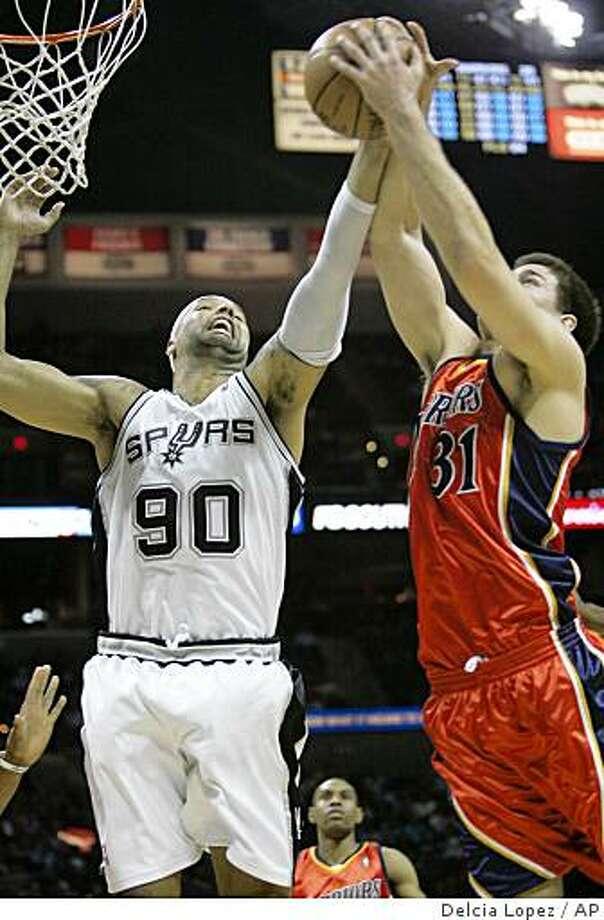 Golden State Warriors Rob Kurz (31) battles San Antonio Spurs Drew Gooden (90) for a rebound during the first half of an NBA basketball game in San Antonio, Texas on Tuesday March 24, 2009.  (AP Photo/Delcia Lopez) Photo: Delcia Lopez, AP