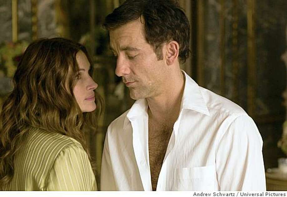 """Ex-CIA officer Claire Stenwick (Julia Roberts) and former MI6 agent Ray Koval (Clive Owen) are spies-turned-corporate operatives in the midst of a clandestine love affair in the caper """"Duplicity"""", from writer/director Tony Gilroy. Photo: Andrew Schwartz, Universal Pictures"""