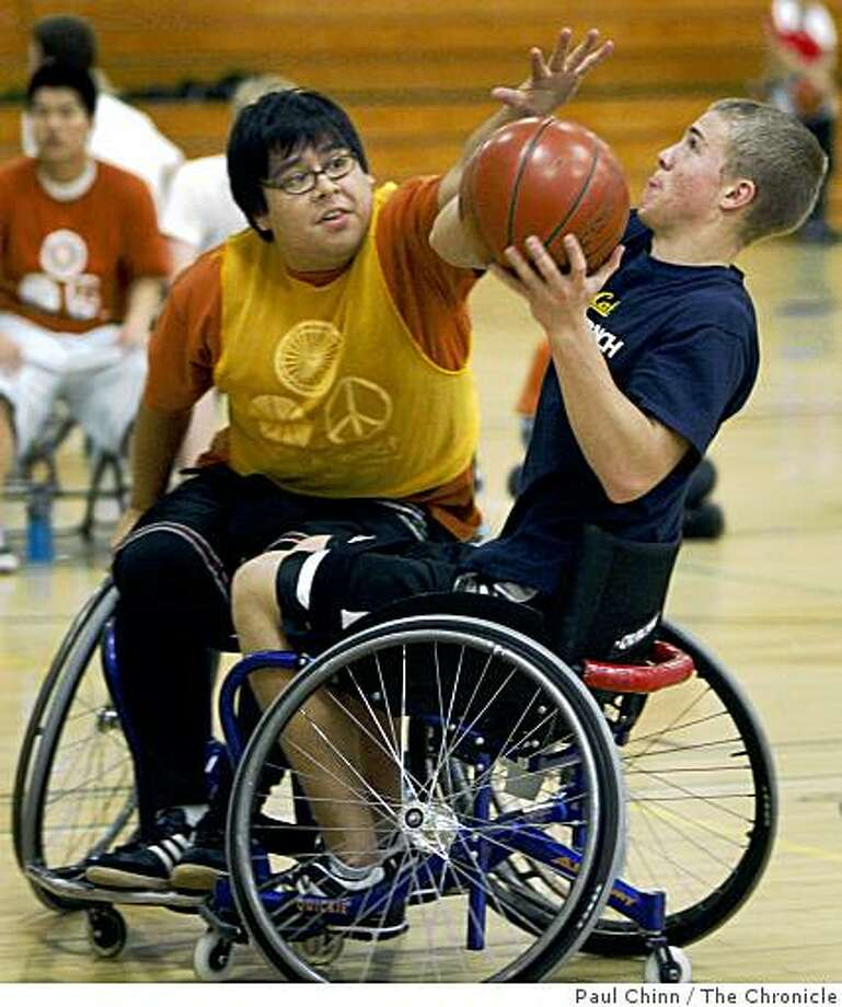 Kevin Cuevas (left) tries to block a shot by Mateo Fabersunne at the Roll 'n Shoot wheelchair basketball tournament in Berkeley, Calif., on Saturday, March 7, 2009. Photo: Paul Chinn, The Chronicle
