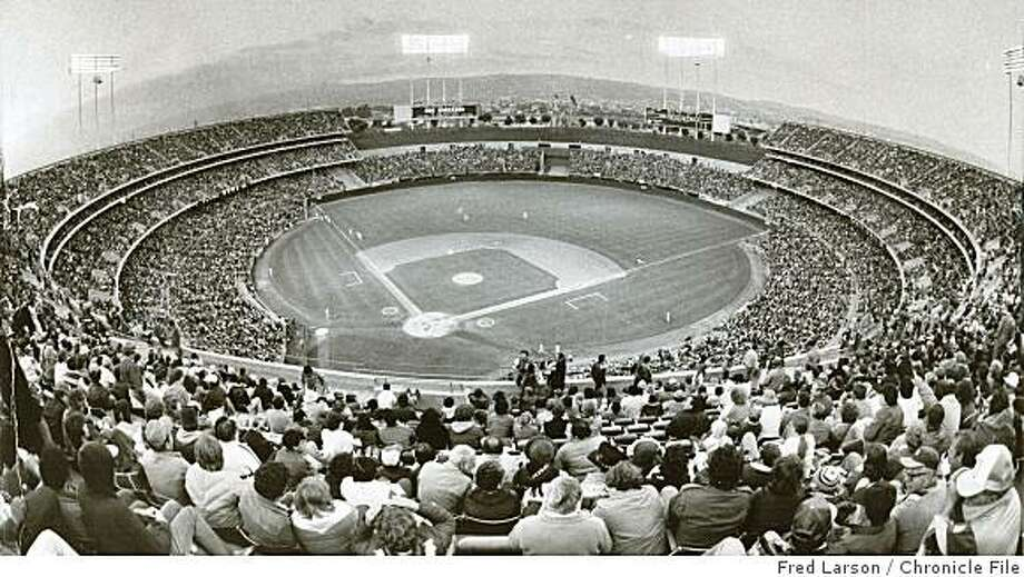 Insight08_colisuem.jpg 1985 - Sell-out crowd for A's-Yankees game at Oakland Coliseum.Fred Larson/credit} Photo: Fred Larson, Chronicle File