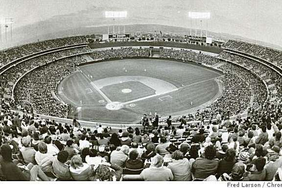 Insight08_colisuem.jpg 1985 - Sell-out crowd for A's-Yankees game at Oakland Coliseum.Fred Larson/credit}