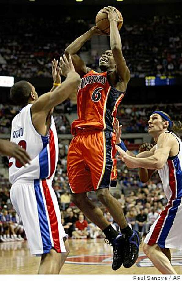 Golden State Warriors guard Jamal Crawford, center, shoots between Detroit Pistons defenders Arron Afflalo, left, and Walter Herrmann in the second quarter of an NBA basketball game in Auburn Hills, Mich., Friday, March 6,  2009. (AP Photo/Paul Sancya) Photo: Paul Sancya, AP