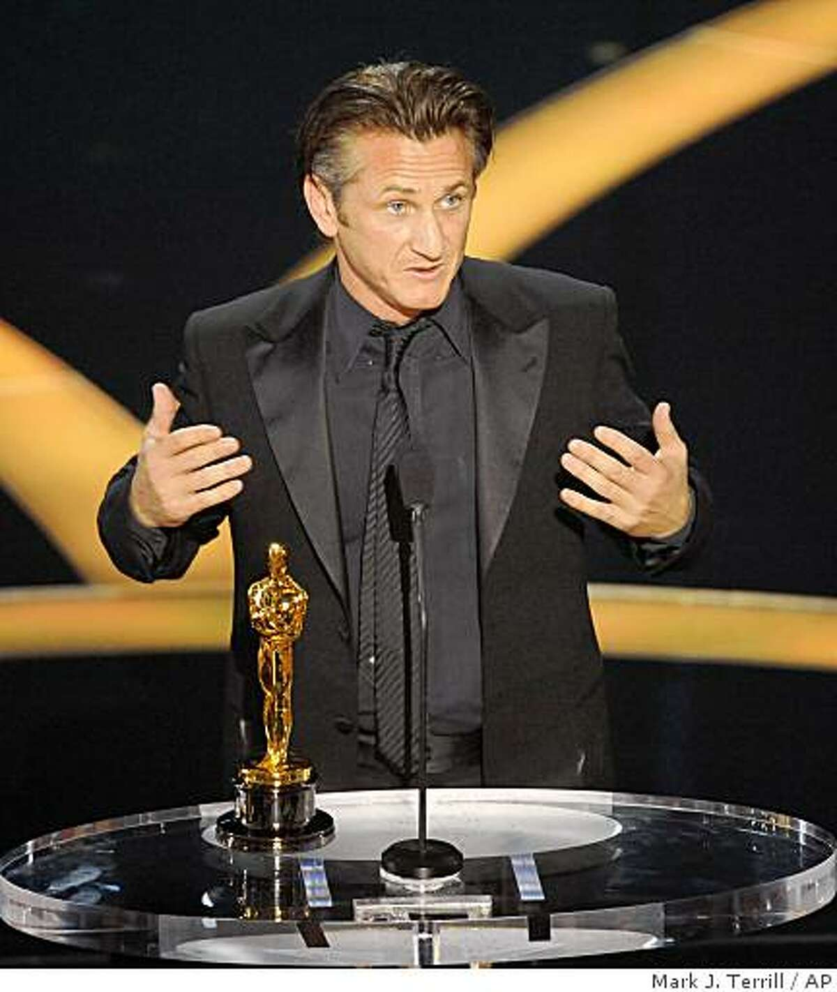 """Sean Penn accepts the Oscar for best actor for his work in """"Milk"""" during the 81st Academy Awards Sunday, Feb. 22, 2009, in the Hollywood section of Los Angeles. (AP Photo/Mark J. Terrill)"""