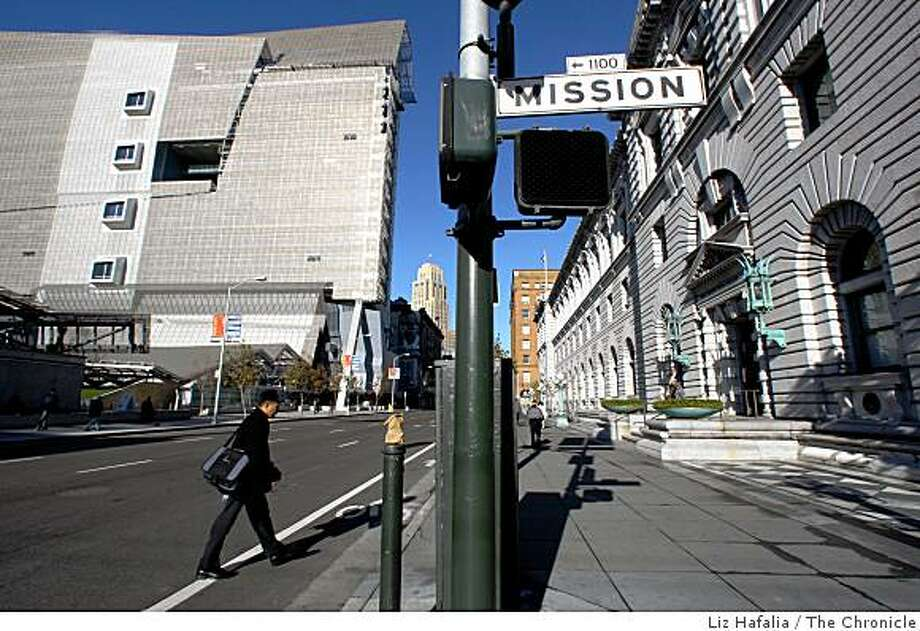 The 2007 San Francisco Federal Building (left) and the  1905 U.S. Court of Appeals building (right) at the intersection of 7th and Mission streets in San Francisco, Calif., on Friday, January 9, 2009. Photo: Liz Hafalia, The Chronicle