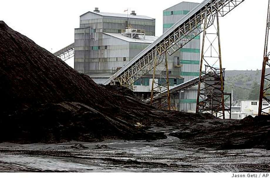 A pile of raw coal sits at Jim Walter Resources' Blue Creek No. 5 mine May 31, 2005, in Brookwood, Ala. Photo: Jason Getz, AP