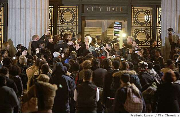 Oakland Mayor Ron Dellums tries to calm an unruly crowd of protesters in front of Oakland City Hall in Oakland, Calif., on January 7, 2008. Photo: Frederic Larson, The Chronicle