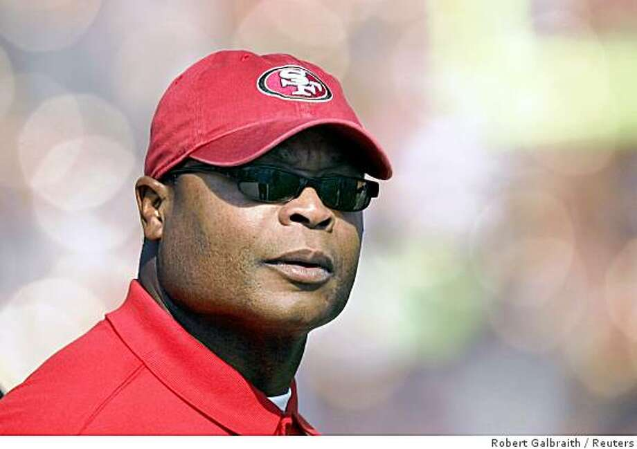 San Francisco 49ers Mike Singletary directs his team from the sideline against the Seattle Seahawks during their NFL football game in San Francisco, California October 26, 2008. REUTERS/Robert Galbraith (UNITED STATES) Photo: Robert Galbraith, Reuters