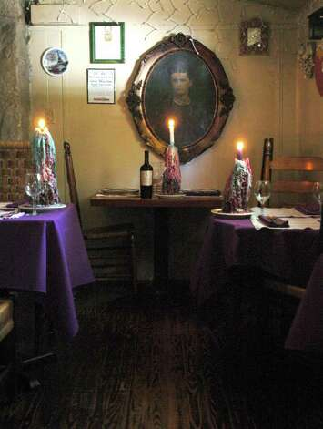 The Grey Moss Inn is know for its romantic dinning. Photo: KEVIN GEIL, SAN ANTONIO EXPRESS-NEWS / SAN ANTONIO EXPRESS-NEWS