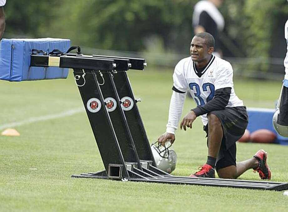 Cornerback Dre Bly takes a breather during the first practice of the Detroit Lions' 2010 training camp at the team's practice facility in Allen Park, Michigan, on Saturday, July 31, 2010. (Julian H. Gonzalez/Detroit Free Press/MCT) Photo: Julian H. Gonzalez, MCT