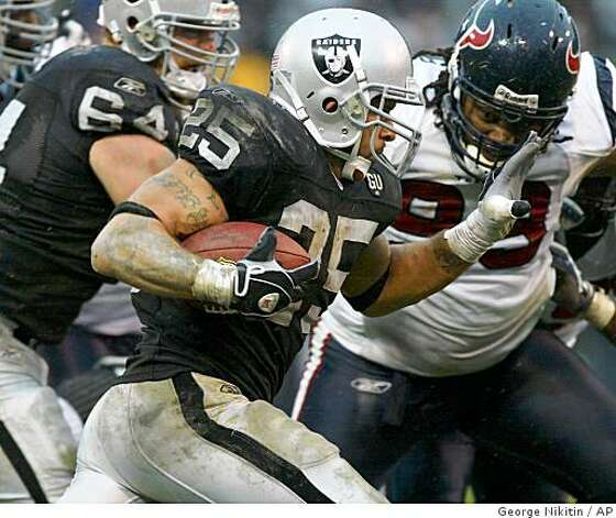 Oakland Raiders Justin Fargas (25) runs with the ball against the Houston Texans in the first half of a game, Sunday, Dec. 21, 2008, in Oakland. Photo: George Nikitin, AP