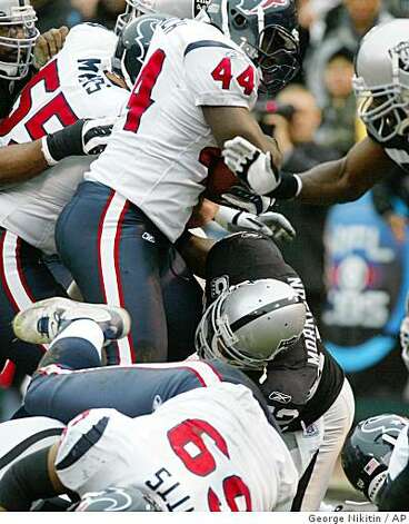 Houston Texans' Vonta Leach (44) runs the ball for a touchdown against the Oakland Raiders in the first half of a game, Sunday, Dec. 21, 2008, in Oakland. Photo: George Nikitin, AP