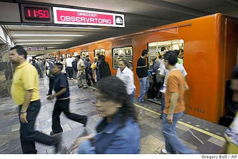 Видно пенис в метро фото 459-384