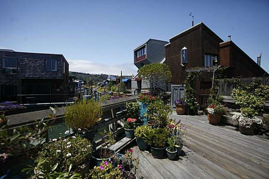Plantings and homes on Issaquah Dock are well prepared for the upcoming Sausalito Housboat tour on July 7, 2010 in Sausalito, Calif. Photo: Mike Kepka, The Chronicle