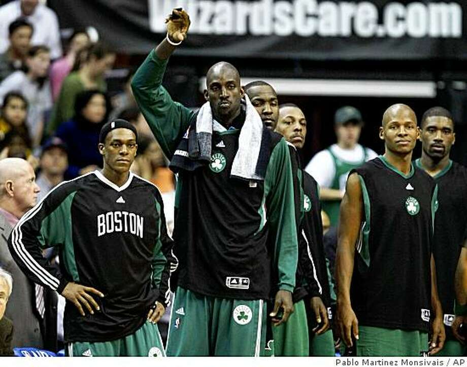 Boston Celtics', from left to right, Rajon Rondo, Kevin Garnett, Kendrick Perkins, Paul Pierce, and Leon Powe stand to watch the finals seconds of their NBA basketball game against the Washington Wizards, Thursday, Dec. 11, 2008, in Washington. Boston won 122-88. (AP Photo/Pablo Martinez Monsivais) Photo: Pablo Martinez Monsivais, AP