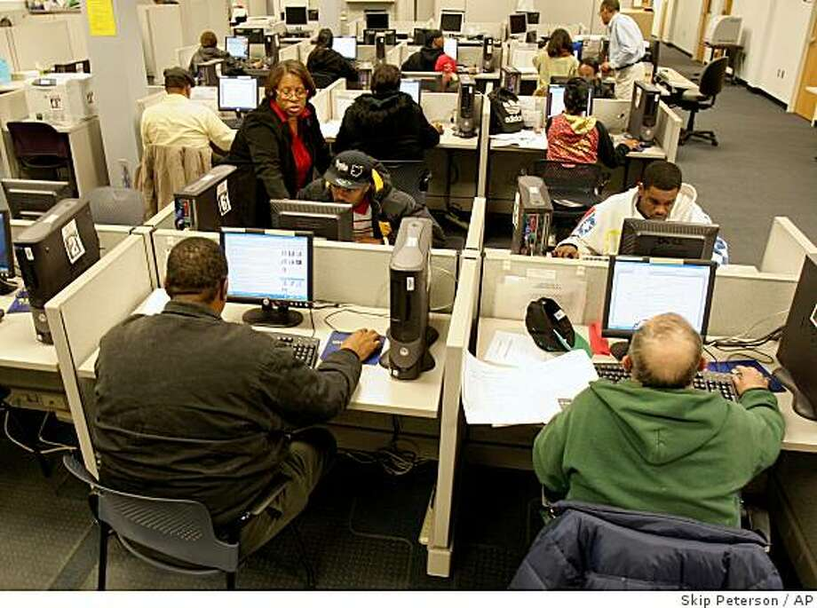 **APN ADVANCE FOR SUNDAY DEC. 14**  All 24 computers are in use as people search for jobs online and prepare resume's at the The Job Center in Dayton, Ohio on Tuesday, Nov. 25, 2008. The Job Center will be adding 12 additional computers in the next week to serve their growing client base. (AP Photo/Skip Peterson) Photo: Skip Peterson, AP