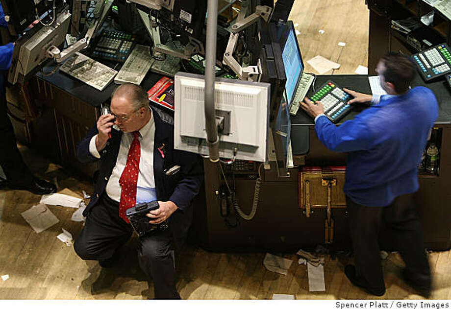 NEW YORK - DECEMBER 09:  Traders work on the floor of the New York Stock Exchange moments before the closing bell December 9, 2008 in New York City. The markets ended a two day rally with the Dow closing down 242 points.  (Photo by Spencer Platt/Getty Images) Photo: Spencer Platt, Getty Images