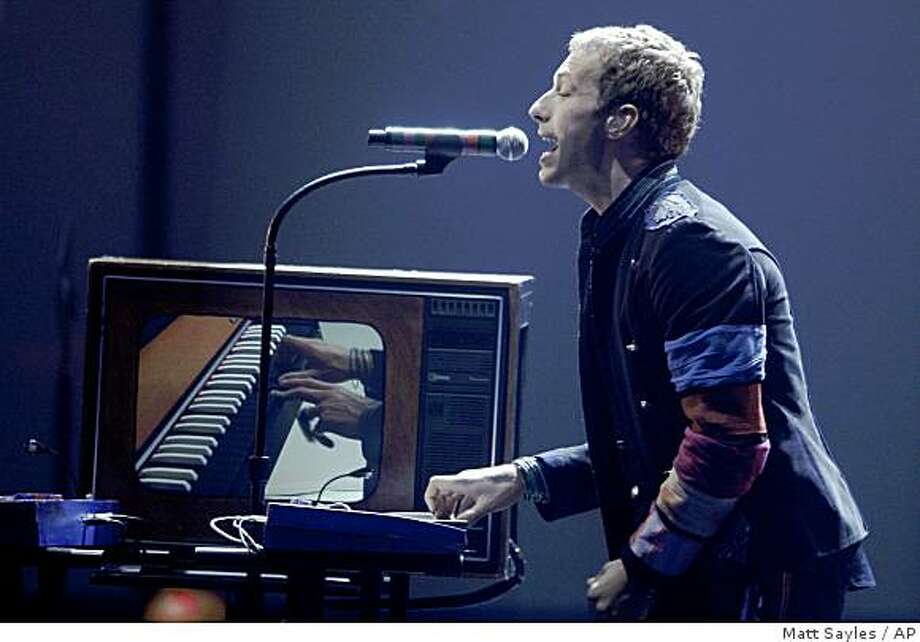 Coldplay lead Singer Chris Martin performs at the American Music Awards in Los Angeles on Sunday, Nov. 23, 2008. Photo: Matt Sayles, AP