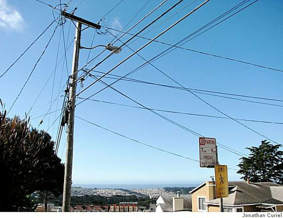 A street light on the 170 block of East Vista Avenue in Daly City Photo: Jonathan Curiel