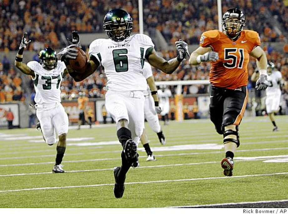Oregon's Walter Thurmond lll scores on his interception as Oregon State's Adam Speer (51) pursues in the second quarter of an NCAA college football game Saturday, Nov. 29, 2008, in Corvallis, Ore. (AP Photo/Rick Bowmer) Photo: Rick Bowmer, AP