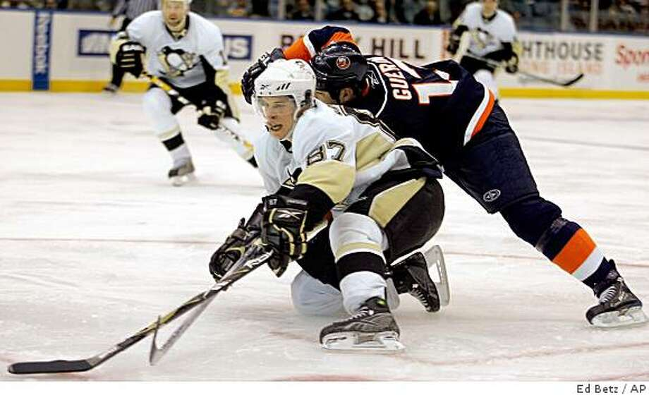 Pittsburgh Penguins' Sidney Crosby (87) moves the puck past New York Islanders' Bill Guerin during the third period of their NHL hockey game at the Nassau Coliseum in Uniondale, N.Y., Wednesday, Nov. 26, 2008. The Penguins defeated the Islanders 5-3. (AP Photo/Ed Betz) Photo: Ed Betz, AP