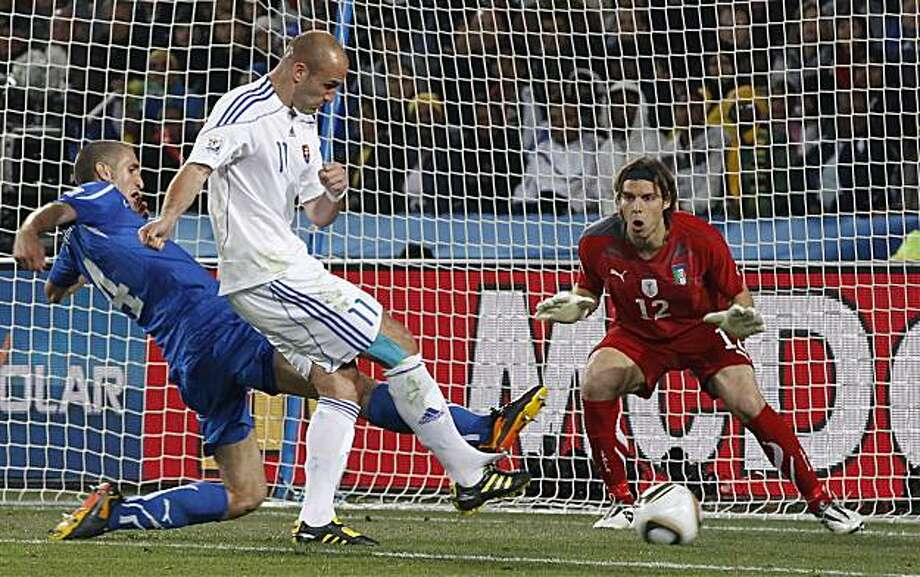 Slovakia's Robert Vittek, center, scores his side's second goal past Italy goalkeeper Federico Marchetti, right, during the World Cup group F soccer match between Slovakia and Italy at Ellis Park Stadium in Johannesburg, South Africa, Thursday, June 24, 2010. Photo: Ricardo Mazalan, AP