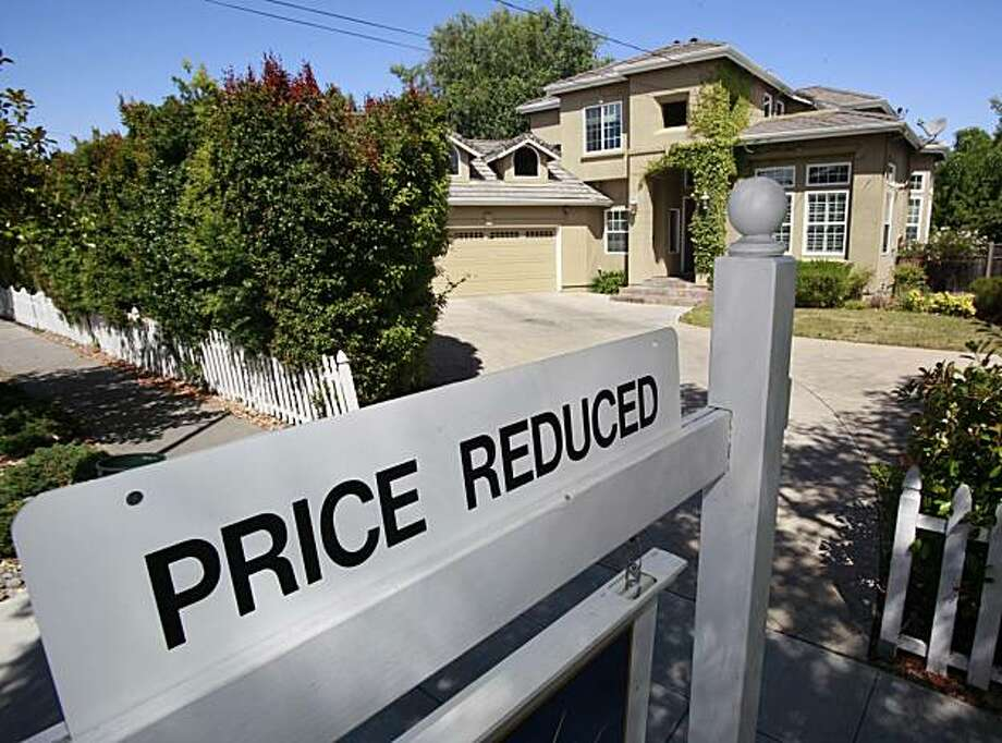 A home for sale is posted at a reduced price in Palo Alto, Calif., Thursday, June 24, 2010. Mortgage rates fell this week to the lowest level on record, giving consumers added incentive to lock in low payments for home purchases and refinanced loans. Photo: Paul Sakuma, AP