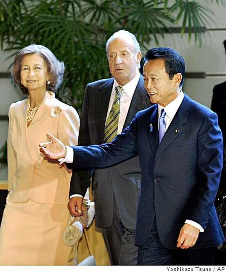Spanish King Juan Carlos, center, and Queen Sofia, left, are greeted by Japanese Prime Minister Taro Aso for their luncheon at the prime minister's official residence in Tokyo Tuesday, Nov. 11, 2008. The Spanish royal couple is currently on a six-day visit to Japan. (AP Photo/Yoshikazu Tsuno, POOL) Photo: Yoshikazu Tsuno, AP