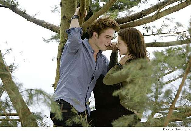 "Robert Pattinson (left) and Kristen Stewart (right) star in the thriller ""Twlight."" Photo: Deana Newcomb"