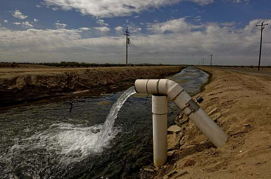 The Columbia irrigation canal runs along Eastside Road East of Mendota, Calif. on Tuesday September 29, 2009.  As part of a landmark federal settlement, water will be released from the Friant Dam on Oct. 1, 2009, beginning the restoration of the San Joaquin River. Photo: Michael Macor, The Chronicle