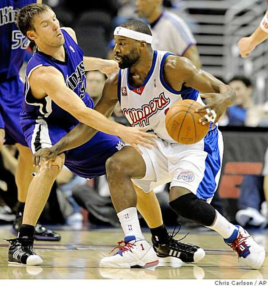 Los Angeles Clippers guard Baron Davis, right, drives around Sacramento Kings guard Beno Udrih during the first half of their NBA Basketball game in Los Angeles,Wednesday, Nov. 12, 2008. (AP Photo/Chris Carlson) Photo: Chris Carlson, AP