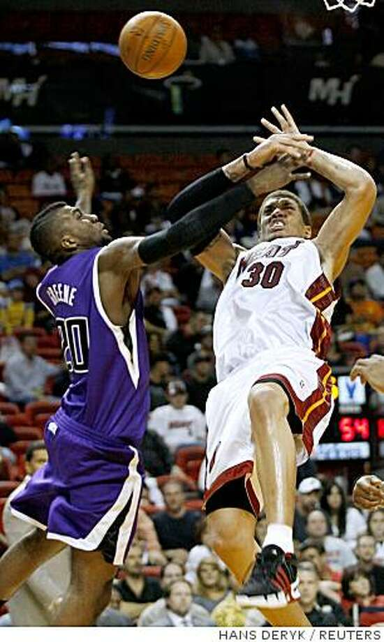 Sacramento Kings' Donte Greene (L) fouls Miami Heat's Michael Beasley during the fourth quarter of their NBA basketball game in Miami October 31, 2008.   REUTERS/Hans Deryk  (UNITED STATES) Photo: HANS DERYK, REUTERS