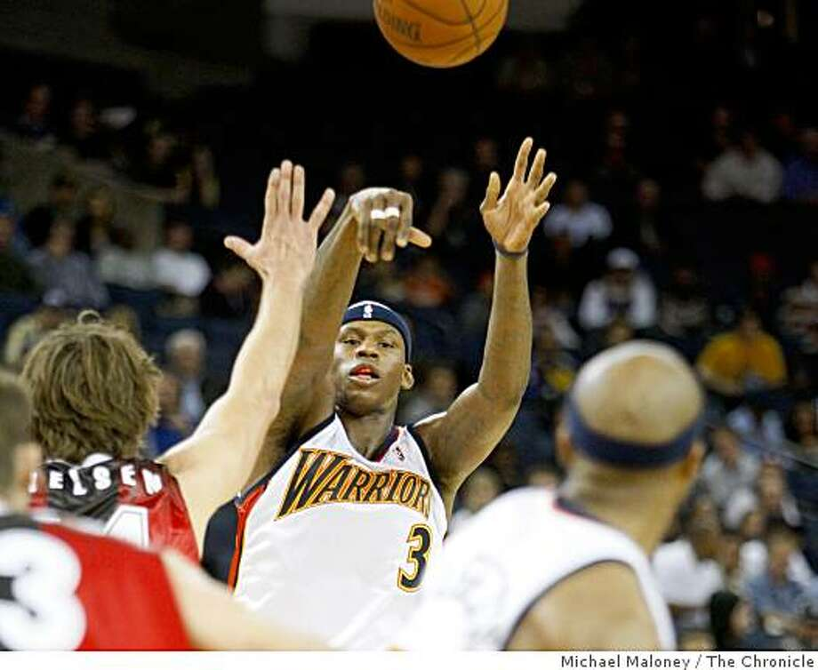 Golden State Warriors Al Harrington (3) passes to Corey Maggette (50) during a preseason exhibition game against the Lithuanian team, Lietuvos Rytas  at Oracle Arena in Oakland, Calif., on October 21, 2008. Photo: Michael Maloney, The Chronicle