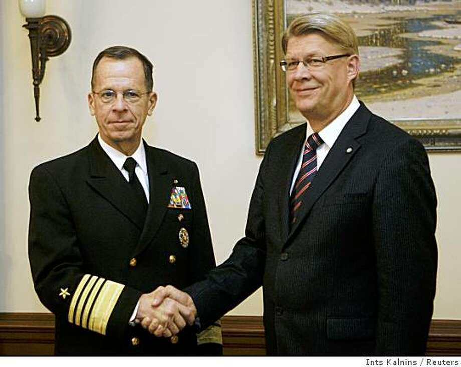 U.S. Chairman of the Joint Chiefs of Staff Michael Mullen (L) shakes hands with Latvia's President Valdis Zatlers during their meeting in Riga October 21, 2008. REUTERS/Ints Kalnins (LATVIA) Photo: Ints Kalnins, Reuters