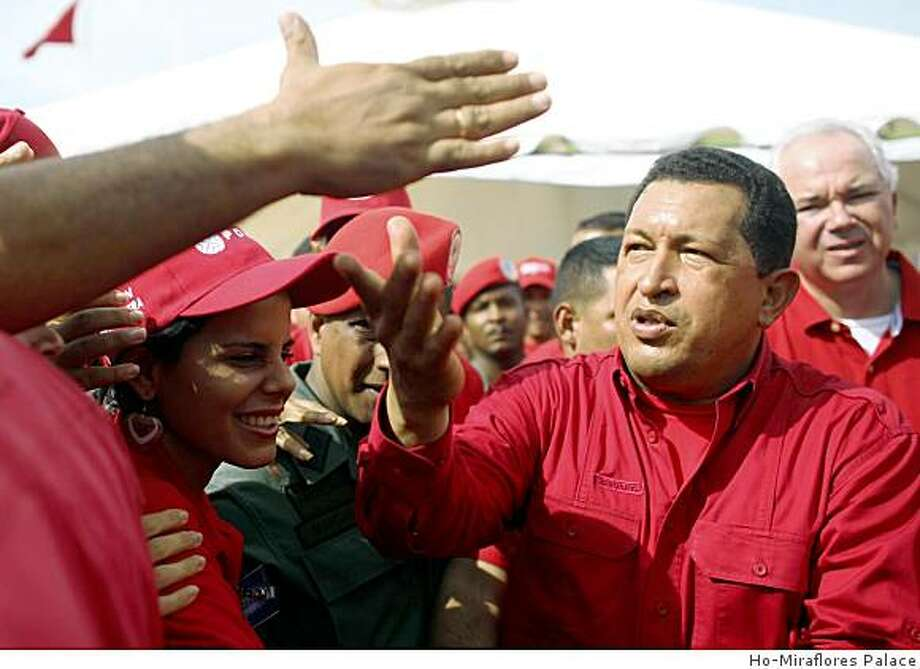 Venezuela's President Hugo Chavez greets supporters in Cumana, 400km east of Caracas October 19, 2008. Chavez visited a Venezuelan Petroleum company (PDVSA) gas plant. REUTERS/Ho-Miraflores Palace (VENEZUELA) Photo: HO, Ho-Miraflores Palace
