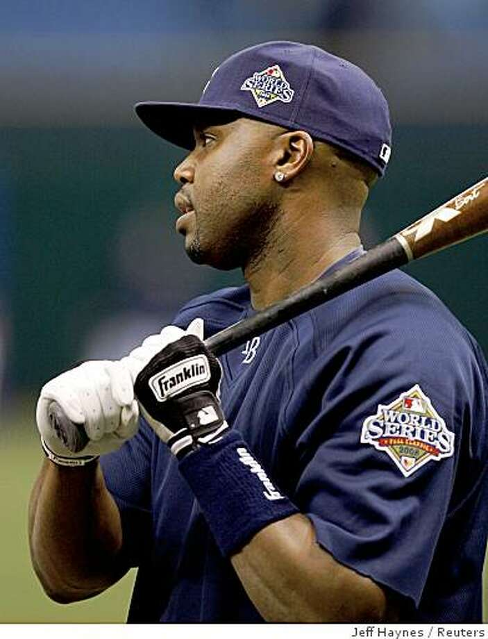 Tampa Bay Rays Cliff Floyd gets ready to hit during practice for the World Series in St. Petersburg, Florida, October 21, 2008. Photo: Jeff Haynes, Reuters