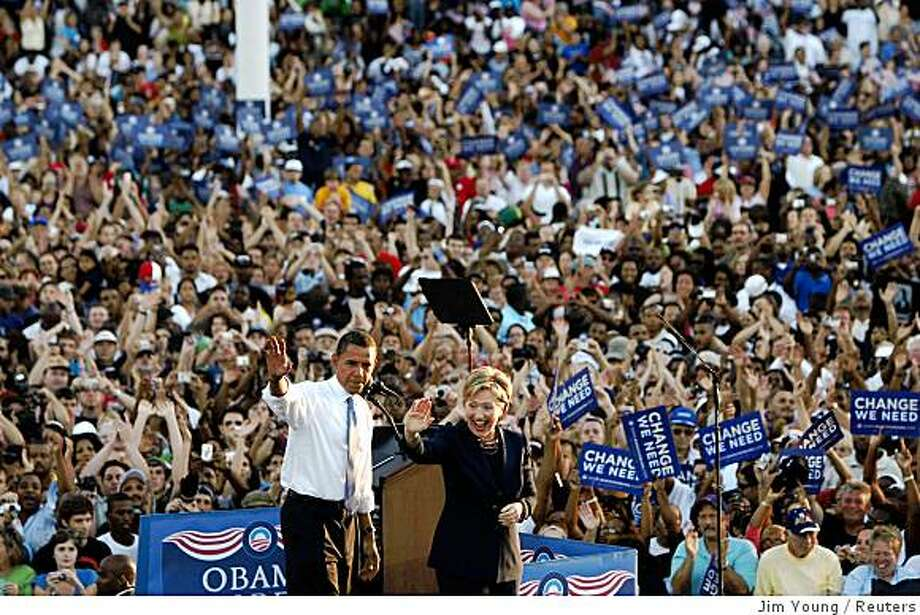 US Democratic presidential nominee Senator Barack Obama (D-IL) and Senator Hillary Clinton (D-NY) attend a campaign rally in Orlando, Florida, October 20, 2008.  REUTERS/Jim Young    (UNITED STATES) US PRESIDENTIAL ELECTION CAMPAIGN 2008 (USA) Photo: Jim Young, Reuters