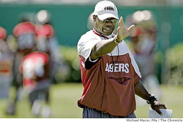 49ers_singletary_070_mac.jpg Coach Singletary directs the defense during practice. 49er assistant head coach/linebackers, Mike Singletary. Former Chicago Bear great, Singletary coaching the linebackers of the SF 49ers. 8/30/05 San Francisco, Ca Michael Macor / San Francisco Chronicle Photo: Michael Macor, File, The Chronicle