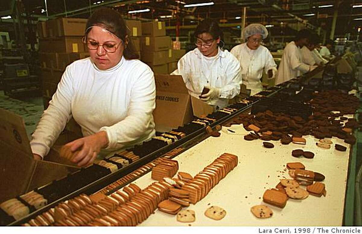 MOTHERS4/C/27FEB98/BU/LC Evelia Leyva, a packer at Mother's Cookies for four years, puts taffy cookies in their proper place. About 25-30 percent of Mother's Cookies are hand-packed.(CHRONICLE PHOTO BY LARA CERRI)