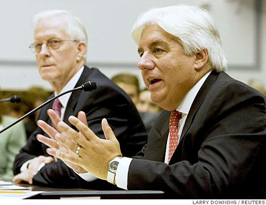Former AIG CEOs, Robert Willumstad (L) and Martin Sullivan (R), testify at the U.S. House Oversight and Government Reform Committee hearing on the cause and effects of the AIG bailout on Capitol Hill, October 7, 2008.   REUTERS/Larry Downing  (UNITED STATES) Photo: LARRY DOWNING, REUTERS