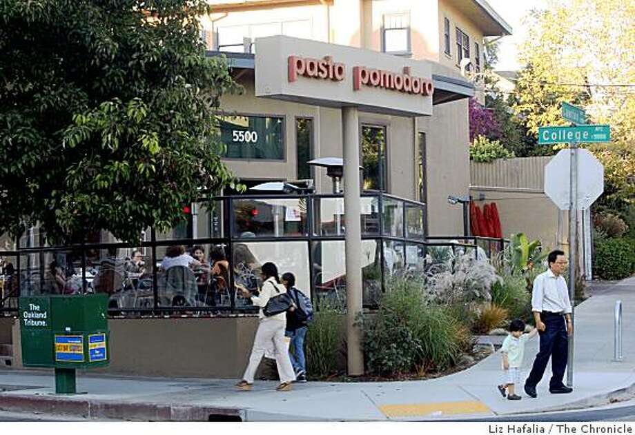 Pasta Pomodoro, a restaurant in the Rockridge area of Oakland, Calif.,  serving patrons having dinner in the patio area on Thursday night, August 28, 2008.  The restaurant was the victim of a recent robbery. Photo: Liz Hafalia, The Chronicle
