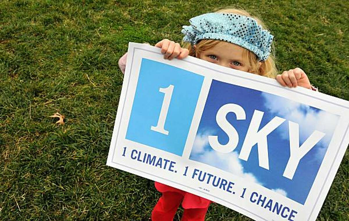 TOPSHOTS Five-year-old Arundhati Baden-Mayer Eidinger holds a sign at a climate change rally outside the White House in Washington on December 4, 2009. Activists are calling for US President Barack Obama to take a strong stand at the December 7-18 climate summit in Copenhagen. TOPSHOTS/AFP PHOTO/ Alex OGLE (Photo credit should read Alex Ogle/AFP/Getty Images)