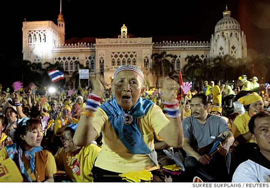 Supporters of the People's Alliance for Democracy (PAD) gather inside the Government House during a protest in Bangkok August 27, 2008. A Thai court ordered thousands of anti-government protesters to leave the compound of the Prime Minister's offices on Wednesday and open up the surrounding streets they have blocked for two days. REUTERS/Sukree Sukplang (THAILAND) Photo: SUKREE SUKPLANG, REUTERS