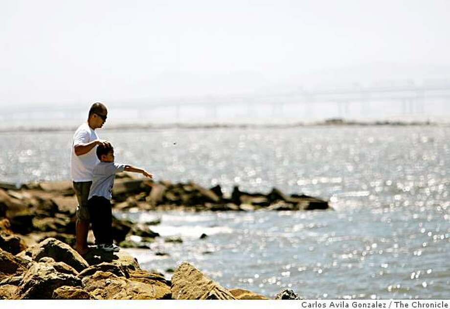 Keith Mariano, plays with his son, Vonn, 5, at Point Isabel Regional Park in Richmond, Calif., after Vonn finished school for the day on Wednesday, August 27, 2008. Photo: Carlos Avila Gonzalez, The Chronicle