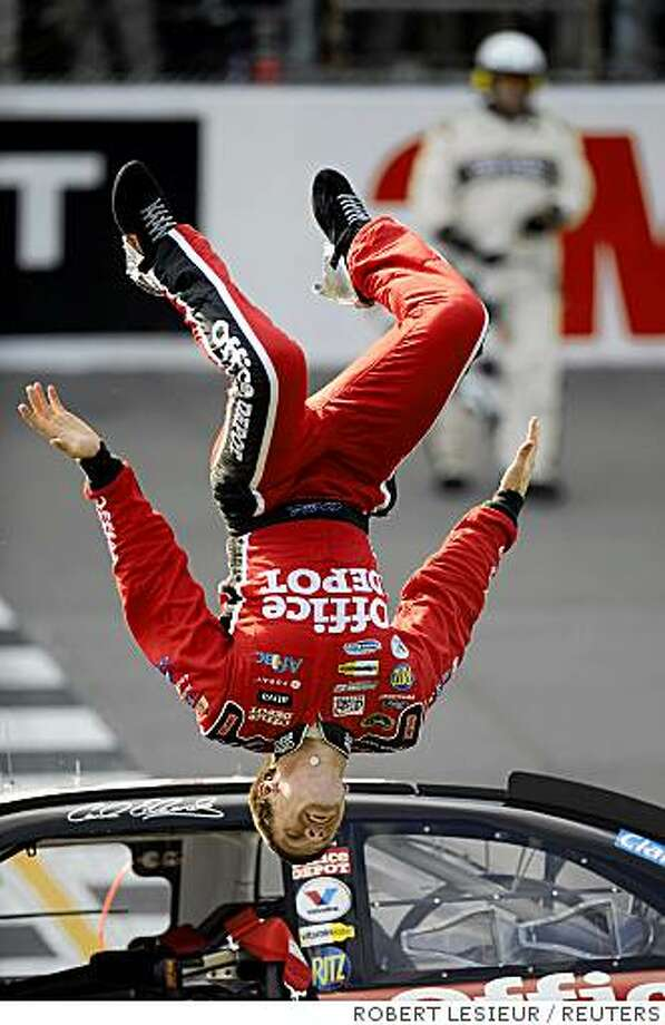 Race car driver Carl Edwards does a back flip from his car after winning the NASCAR Sprint Cup 3M Performance 400 at Michigan International Speedway in Brooklyn, Michigan August 17, 2008. REUTERS/Robert LeSieur (UNITED STATES) Photo: ROBERT LESIEUR, REUTERS