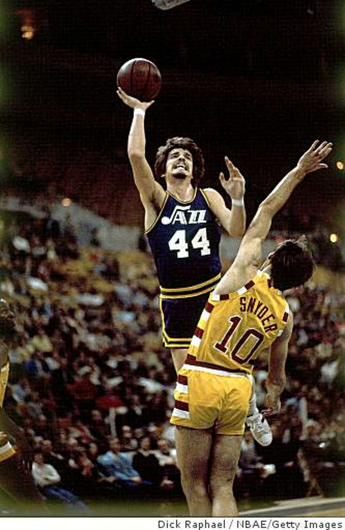 CLEVELAND - 1970: Pete Maravich #40 of the New Orleans Jazz attempts a shot against Dick Snyder #10 of the Cleveland Cavaliers during a 1970 NBA game at the Richmond Colisieum in Cleveland, Ohio. NOTE TO USER: User expressly acknowledges that, by downloading and or using this photograph, User is consenting to the terms and conditions of the Getty Images License agreement. Mandatory Copyright Notice: Copyright 1970 NBAE (Photo by Dick Raphael/NBAE via Getty Images)
