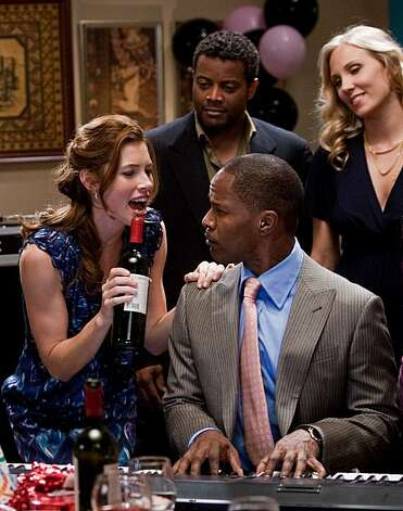 JESSICA BIEL as Kara Monahan and JAMIE FOXX as Kelvin Moore in New Line CinemaÕs romantic comedy ÒValentineÕs Day,Ó a Warner Bros. Pictures release. Photo: Ron Batzdorff, New Line Productions
