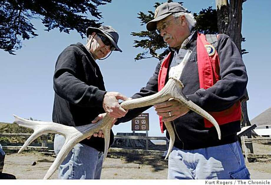 Bob Kinsey a docent at Point Reyes National Seashore shows Jerry Skomer of Berkeley a Roosevelt Elk antler. on Saturday, July 26  2008 in Pt.Reyes , Calif  Photo by Kurt Rogers / The Chronicle. Photo: Kurt Rogers, The Chronicle